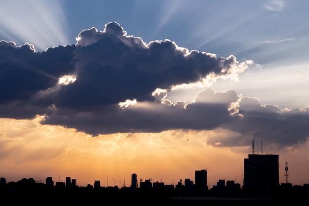 Sonnenstrahl durch die dramatische wolke während der sonnenuntergangzeit