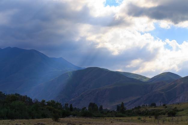 Sonnenstrahl durch gewitterwolken