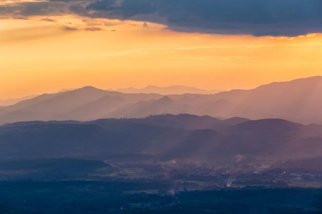 Sonnenstrahl in den bergen und nebel bei doi samer dao