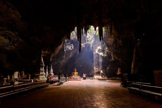 Sonnenstrahl in der buddha-höhle, tham khao luang in der nähe von phetchaburi, thailand