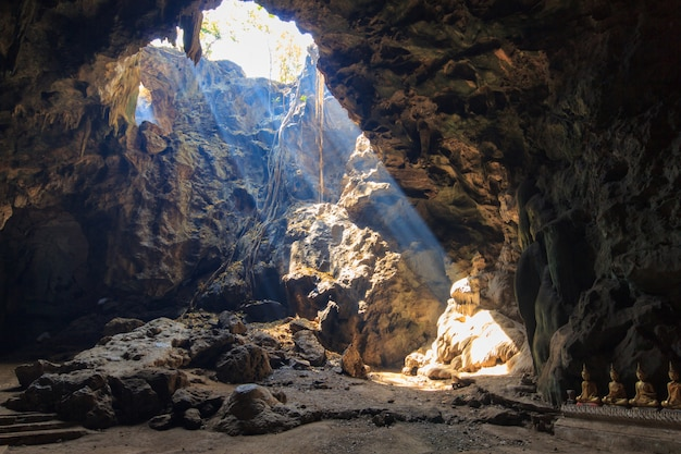Sonnenstrahl in höhle kaoluang-berg in phetchaburi thailand