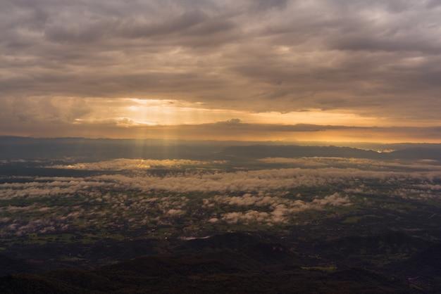Sonnenstrahl licht am morgen mit wolken bei sonnenaufgang.