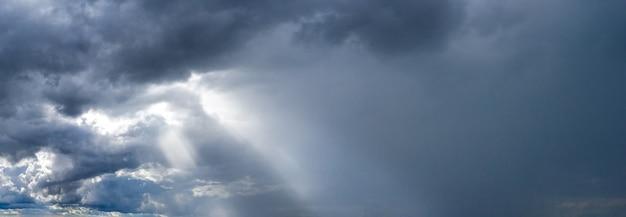 Sonnenstrahlen auf einem dunklen himmel nach einem gewitter