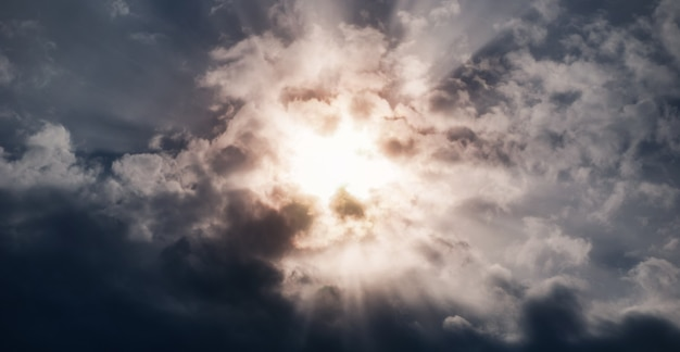 Sonnenstrahlen im dunklen stürmischen himmel