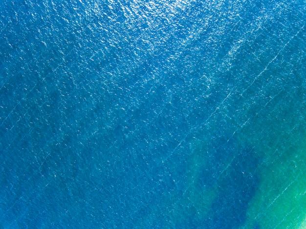 Sonnentag der blauen meeresoberfläche im sommer. luftaufnahme der drohne als natürliches layout