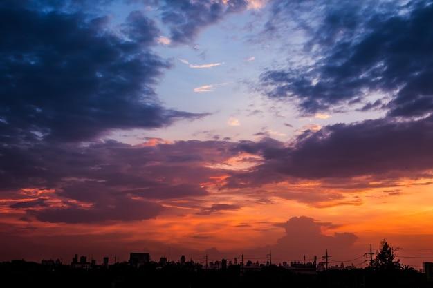 Sonnenuntergang am abend des arbeitstages zum entspannen