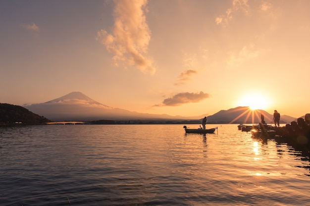 Sonnenuntergang am berg fuji mit leuten in der japan-herbstsaison