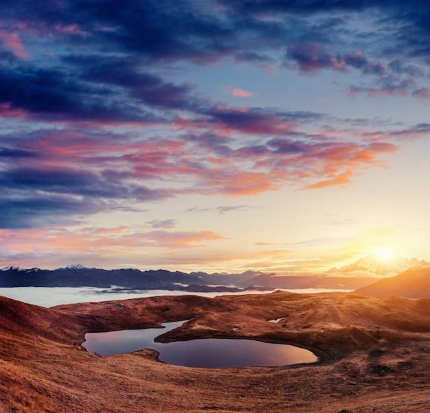 Sonnenuntergang am bergsee koruldi. oberes swanetien, georgien, europa