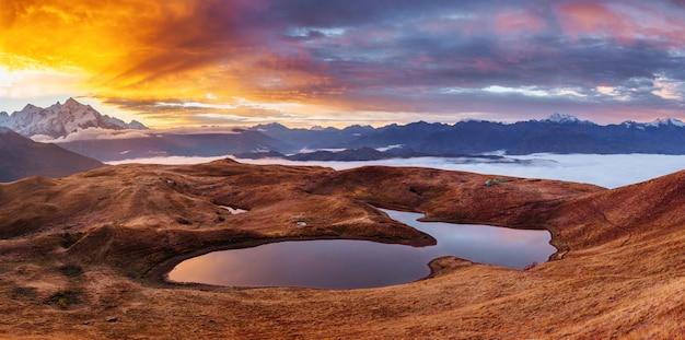 Sonnenuntergang am bergsee koruldi. oberes swanetien, georgien, europa.