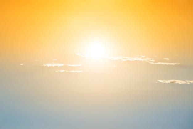 Sonnenuntergang am blauen und orangefarbenen himmel mit sonne und wolken
