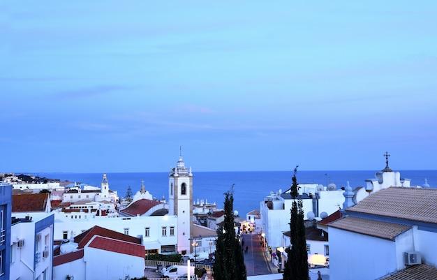 Sonnenuntergang am dorf von albufeira, algarve, portugal