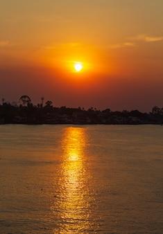 Sonnenuntergang am fluss die natürliche schönheit thailands