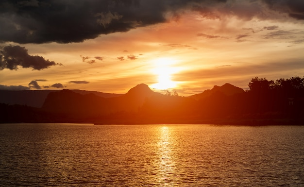 Sonnenuntergang am fluss mit schönem himmel