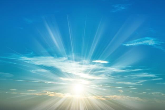Sonnenuntergang am himmel mit blauen meereswolken und großer strahlender sonne