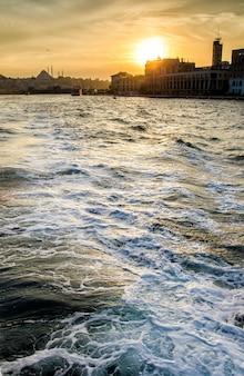 Sonnenuntergang am himmel von istanbul mit meereswelle