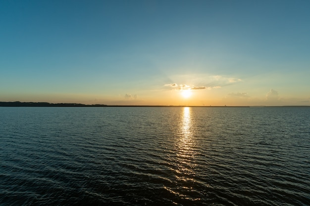 Sonnenuntergang am itaipu-staudamm see foz do iguau parana brasilien am 19. mai 2015