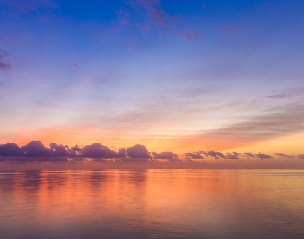 Sonnenuntergang am maledivischen strand
