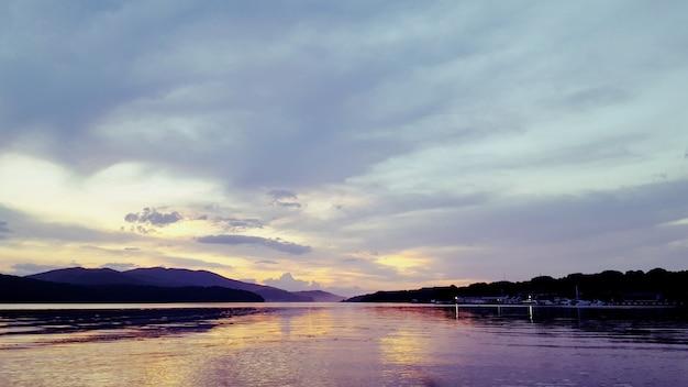 Sonnenuntergang am meer. abendsonnenuntergang, meer und himmel