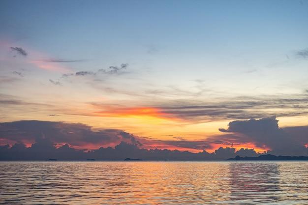 Sonnenuntergang am meer auf koh samui. schöne wolken bei sonnenuntergang.
