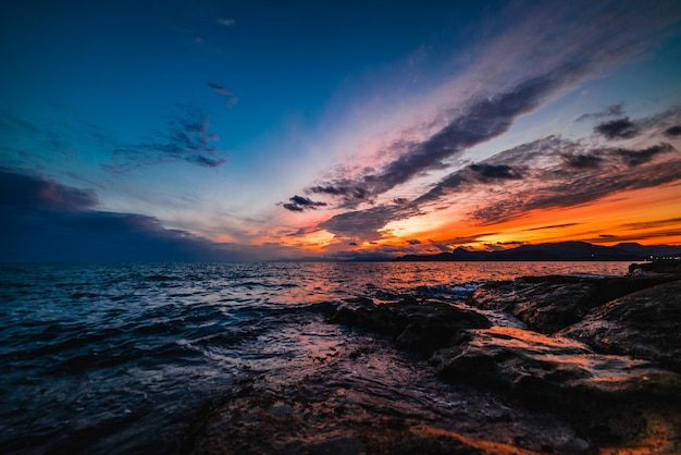 Sonnenuntergang am meer in blautönen