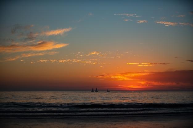 Sonnenuntergang am meer. sonnenaufgang am strand. bunter ozean, naturlandschaftshintergrund mit kopienraum.