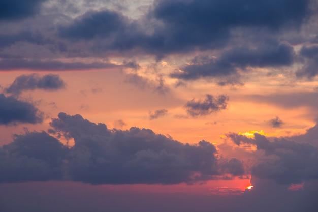 Sonnenuntergang am schwarzen meer, bunter himmel und wolken während des sonnenuntergangs in batumi