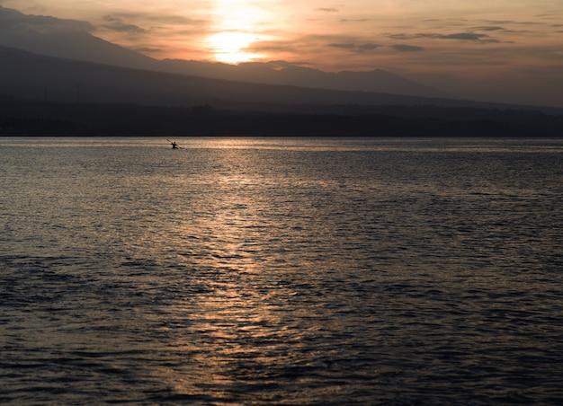Sonnenuntergang am strand für vulkan gesperrt