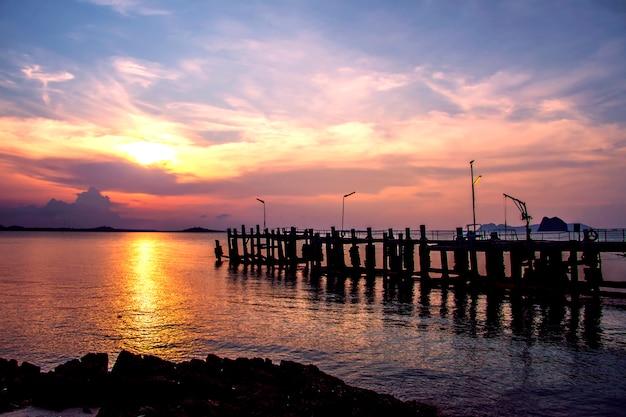 Sonnenuntergang am strand und eine schöne brücke