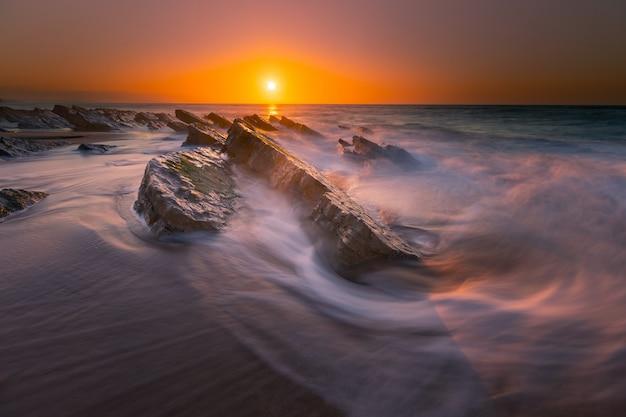 Sonnenuntergang am strand von bidart, baskenland.