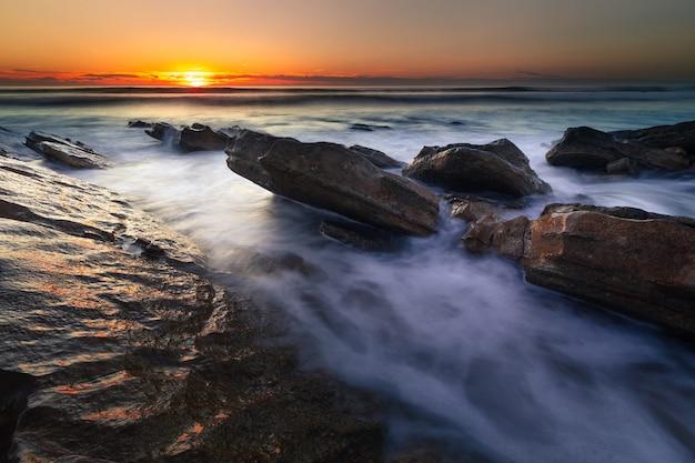 Sonnenuntergang am strand von bidart, baskenland
