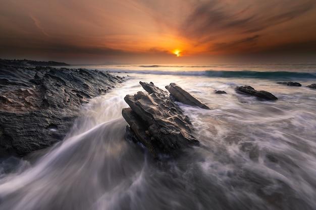 Sonnenuntergang am strand von bidarte im baskenland