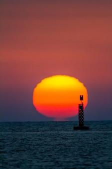 Sonnenuntergang am strand von sanlucar de barrameda, cadiz, spanien
