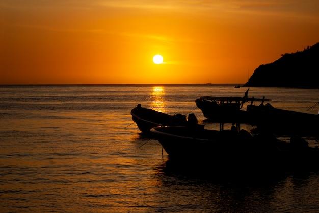 Sonnenuntergang am taganga strand in santa marta
