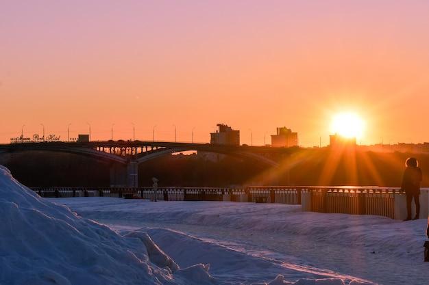 Sonnenuntergang am wasser im winter. nischni nowgorod