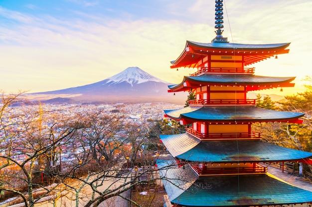 Sonnenuntergang an der chureito pagode und dem berg fuji