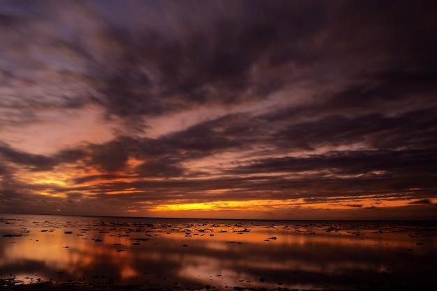 Sonnenuntergang an der lagune von aitutaki und rarotonga, ferne atolle pazifik, cookinseln