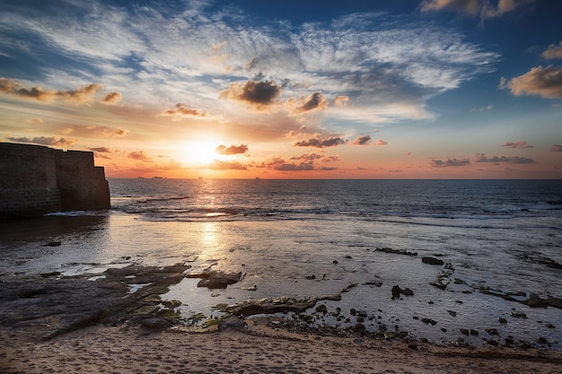 Sonnenuntergang an der mittelmeerküste, israel