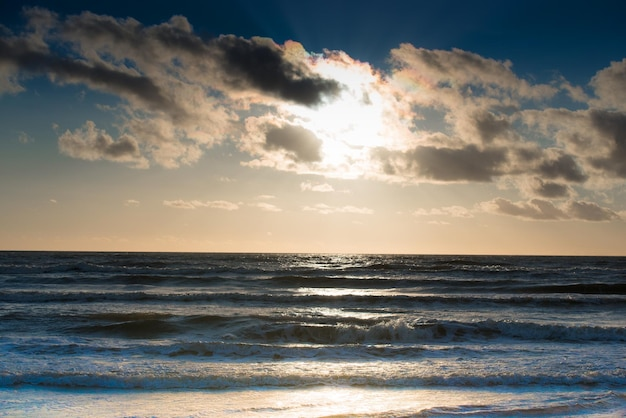 Sonnenuntergang an der ostsee. meereslandschaft