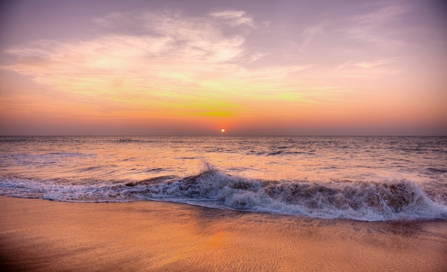 Sonnenuntergang an einem strand in samoa