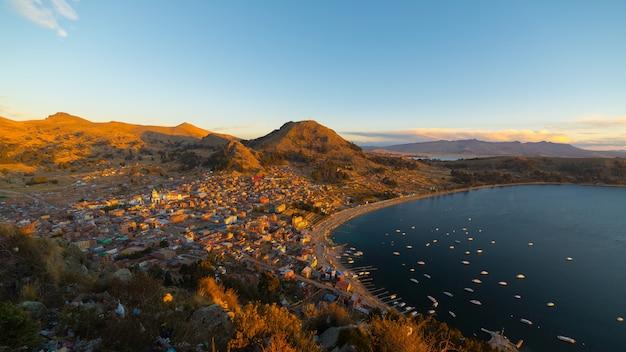 Sonnenuntergang auf copacabana-bucht, titicaca see, bolivien