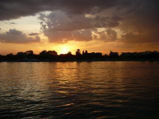 Sonnenuntergang auf dem fluss sava in belgrad