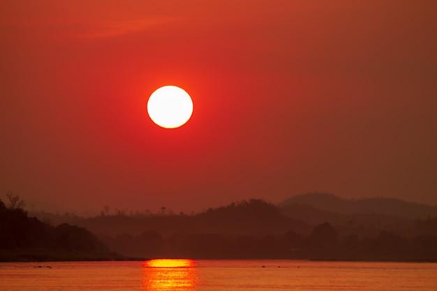 Sonnenuntergang auf dem wasser am abend