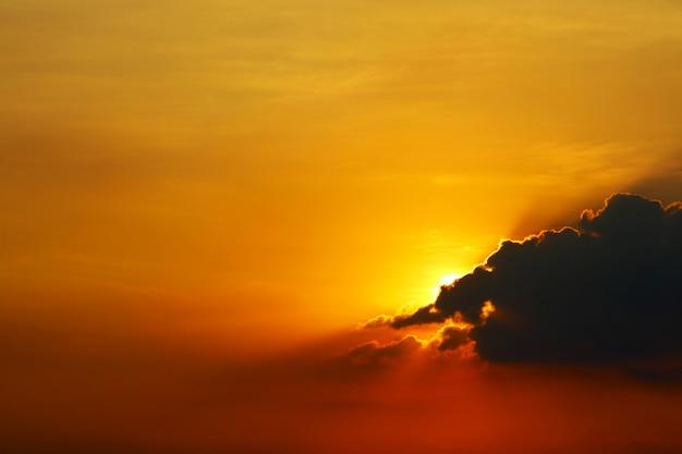 Sonnenuntergang auf dunklem schattenbild-abendwolkenrot des himmels zurück