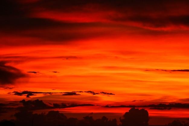 Sonnenuntergang auf letzter heller himmelschattenbildwolke am abend