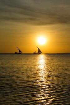 Sonnenuntergang auf ozean in sansibar
