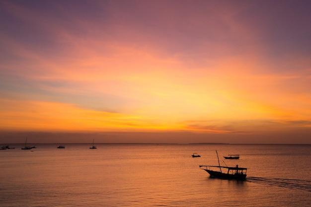 Sonnenuntergang auf see in sansibar
