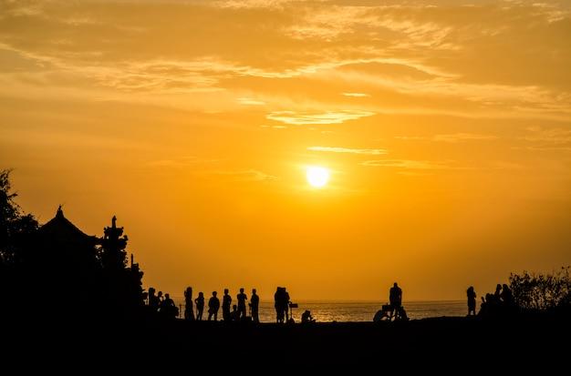 Sonnenuntergang bei pura batu bolong - tanah lot, bali, indonesien