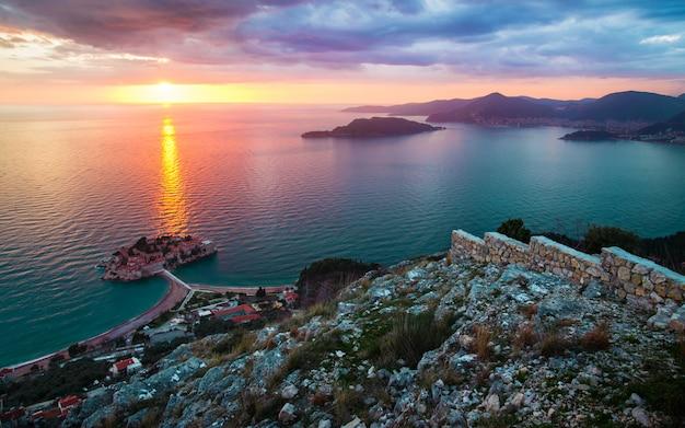 Sonnenuntergang bei sveti stefan in montenegro