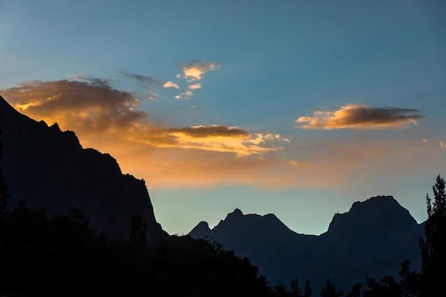 Sonnenuntergang berge silhouette bewölkten abend hochwertiges foto
