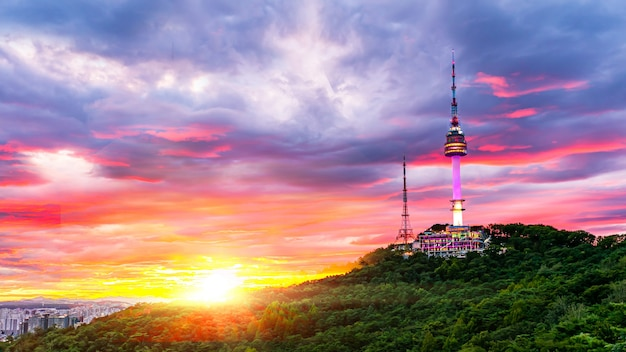 Sonnenuntergang des seoul tower in seoul südkorea